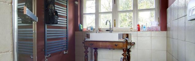 Aranżacja łazienki ciepło-zimnej. Inspirujące meble łazienkowe