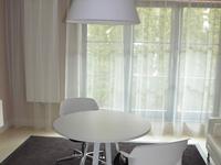 Białe lampy stojące i wiszące – stonowana aranżacja biura