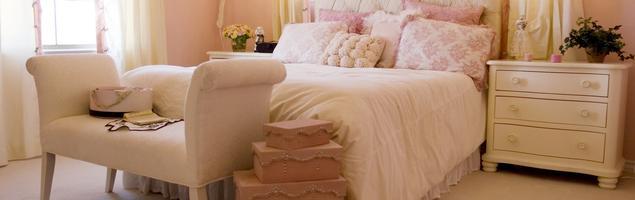Jasna sypialnia z pikowanym łóżkiem – pomysł na sypialnię jak z bajki
