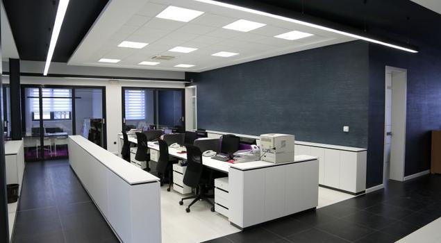 Funkcjonalne oświetlenie biura. Jak efektownie i ekonomicznie oświetlić miejsce pracy biurowej?